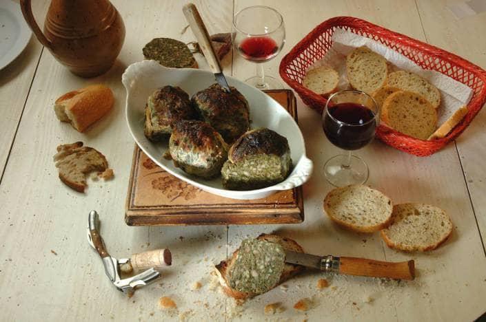 Spécialité ardéchoise la caillette est un produit de terroir qui se compose de viande de porc, et de légumes, il y a autant de recettes de caillettes que de tueurs de cochons. La caillette Guèze est composée de blettes fraîches.